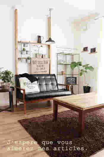 リビングに飾り棚が欲しい、という場合にもディアウォールは活躍。ソファと壁の間のわずかな隙間にディアウォールの柱を立てれば、壁に傷を付けることなく、しかも省スペースでお気に入りの小物が飾れます。