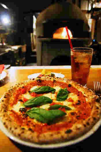 店内にあるピザ釜で丁寧に焼かれるマルゲリータも絶品です!マルゲリータの他にも、シラスと韓国海苔を組み合わせた創作ピザなどメニューも豊富。週末はまるでスペインのバルのようなスタンディングスタイル。気兼ねなく美味しいお料理を楽しめる和田塚でオススメのお店です。
