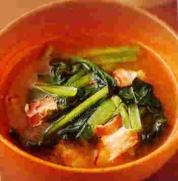 豚こま切れ肉はよくお味噌汁にも入れる食材ですが、実は意外と合うのがベーコン。小松菜とベーコンだけのシンプルさでも、ベーコンの風味で奥深い味わいに。