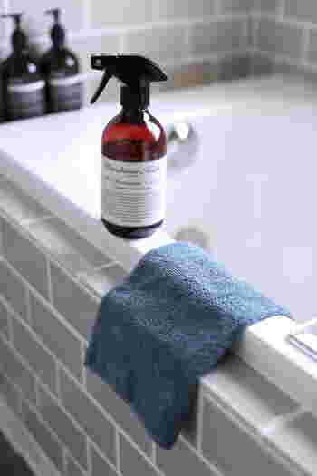 お風呂掃除に厚手のマイクロファイバーを使うと、細かな繊維が汚れをしっかり落としてくれるうえ、洗う・拭くが一度にできて便利なのだそう。浴槽や壁面などはマイクロファイバーで、タイル部分はブラシを使い分けて。排水口も毎回きれいにしておきましょう。