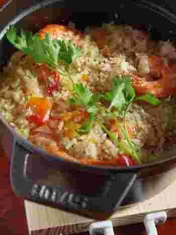 少なめのスープとトマトの水分で炊き上げたピラフ。 海老は殻付きのまま加えることでダシが出て、スープがごはんにをしっかりと染み込みます。