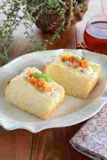 こちらはシフォン型に入れて焼き上げたシフォンケーキを8等分して、真ん中に切れ込みを入れフルーツサンドにしています。ポケットサンドと同じ要領で作ることができます。