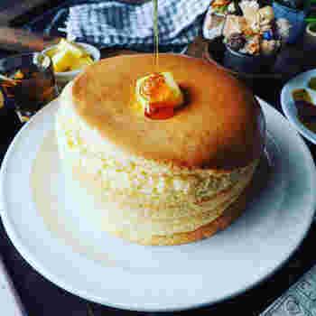 卵白と砂糖でしっかり角が立つまで泡立てたメレンゲがポイントのふわふわパンケーキ。フライパンではなくオーブンで焼くことで失敗知らずに。