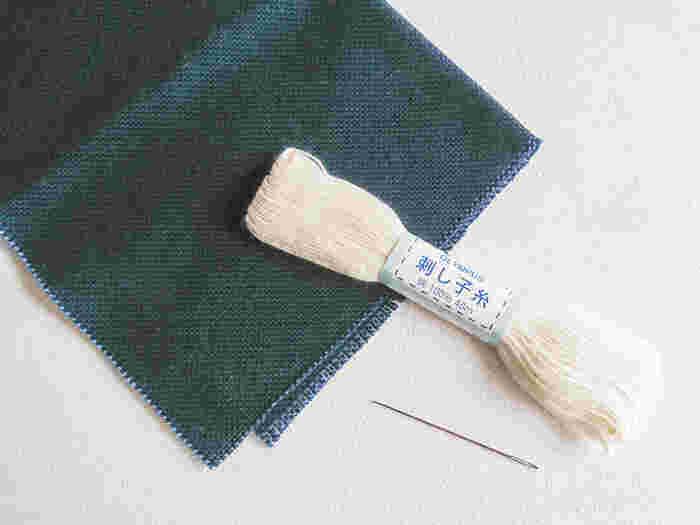 """コングレス(こぎん布)・こぎん針・こぎん糸。伝統的な生地は麻布ですが、現在は一般的にコングレスという刺繍専用の布が使われています。こぎん針はコングレスの織り糸を割らないよう、先が丸くなっているのが特徴。こぎん糸は綿100%の太い糸で、糸の""""より""""が強いのが特徴的です。  ※画像は当記事のために撮影"""