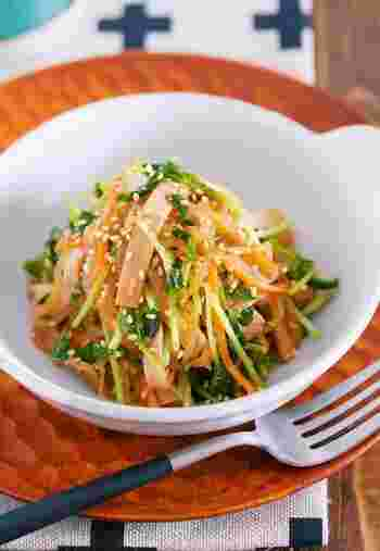 ■豆苗と糸こんにゃくの中華サラダ 糸寒天同様に糸こんにゃくでも食べ応えのサラダを作る事ができます。豆苗はビタミン豊富で栄養価も高い注目の野菜。再生野菜でもあるのでアレンジしてカサ増しにも使っちゃいましょう。
