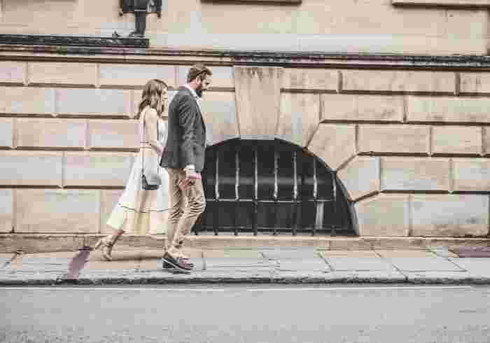 ヒールを履いて一日過ごした日は、脚がクタクタ…。女性ならではのこんなお悩みも、リンパマッサージでケアしましょう。むくみやだるさがぐっと軽くなるはずです。