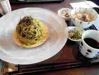 抹茶や湯葉などを使ったヘルシーで健康的な強風のどんぶりやお蕎麦などで素敵なごはんタイムを過ごすことが出来ます。