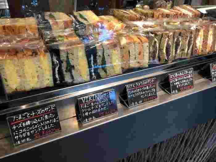ショーケースに並ぶサンドイッチの数々。実はもともとサンドイッチのお店としてオープンする予定でしたがオーナーが納得するパンに出合えず、サンドイッチをおいしく食べられる食パンを作るたためにお店をオープンさせたそう。