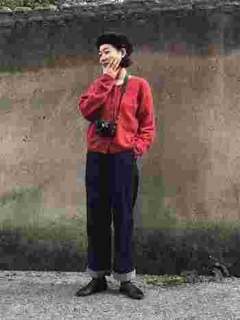 メンズライクなやや太めのストレートデニムに、赤のクルーネックカーディガンを合わせたコーディネート。きちんと感のあるレザーシューズやベレー帽を合わせてアメトラスタイルに仕上げています。