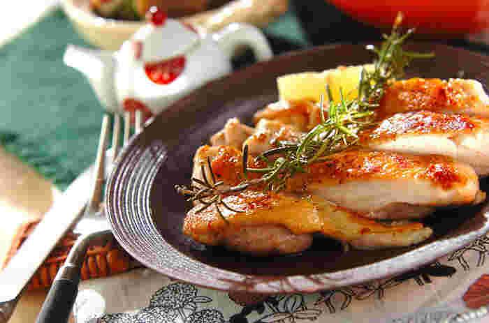 肉の臭み消しに役立つローズマリーを使った、チキンのハーブ焼き。ローズマリーの香りを移したオリーブオイルで焼くだけで、いつもとは違うおしゃれな鶏料理に。シンプルながらも味わい深い、大満足のご馳走メニューです。