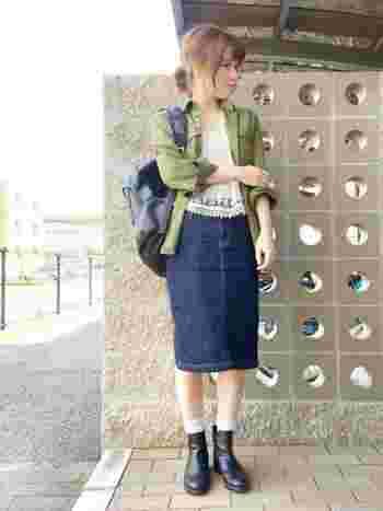 もちろん、デニムスカートは可愛いアイテムとの相性もばっちりです。こちらのコーディネートでは、フェミニンな印象のレーストップスにデニムスカートを合わせて、甘すぎないカジュアルにスタイリングされています。小物を黒で統一されているので、全体的に引き締まっていてとてもおしゃれですね。