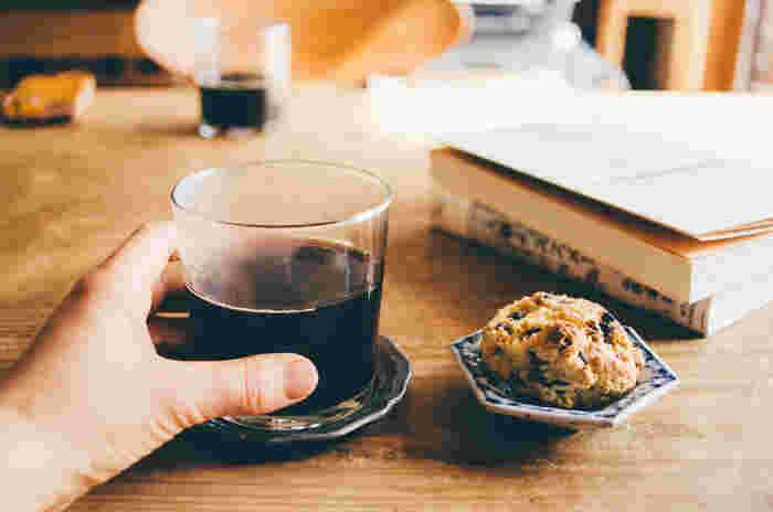 読みたかった本と、お気に入りの椅子、あとはお気に入りのカップとホットドリンクがあれば、それだけで幸せ♪そんな秋の夜長、あなたはどんな器にどんな飲み物を合わせて安らぎますか?