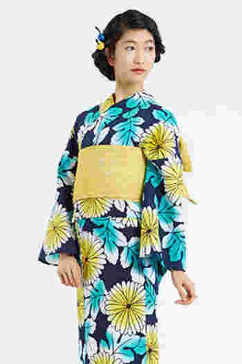 大きく描かれた菊の花。紺地の浴衣に映える黄色の帯で、菊の花をさらに引き立たせてくれるコーディネート。ヘアスタイルをシンプルにしてあげることで、鮮やかな紺と黄色の組み合わせを大人かわいくコーディネートできます。