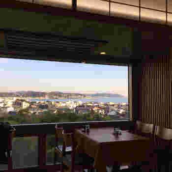 長谷寺では、お食事処「海光庵」でお抹茶をいただくことができます。窓際の席からは由比ガ浜を一望できることで有名なこちら。この時期は、海と一緒に紅葉した鎌倉の街も見下ろすことができそう。