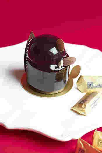カファレルの代名詞であるジャンドゥーヤをふんだんに使用したドルチェ。 クリスピーなチョコレート底生地の上にチョコレートムースそしてジャンドゥーヤのブリュレが三層に重なる、そのふくよかな味わいには驚かされる。 暑さで疲れた体も蘇る濃厚なおやつとアイスドリンクなんて好相性。