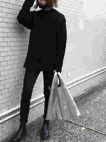 リラックス感のあるニットワンピースと、シャープなシルエットのパンツを合わせた大人かっこいいブラックコーデ。シルバーのバッグをアクセントに効かせて、モダンでクールな着こなしに。あえて余計なアクセサリーは付けずシンプルにまとめることで、より一層「黒」の美しさが引き立ちます。