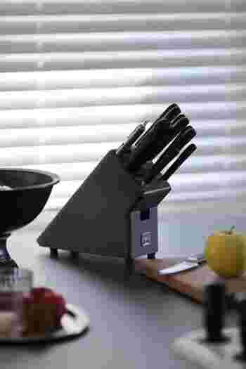 イギリスは「デイビッド・メラー」のナイフがしっくり納まっているのはドイツのブランド「WUSTHOF」製ナイフブロック。