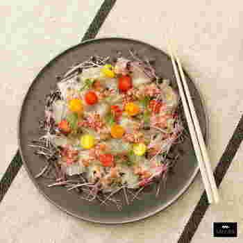 マットな質感の大皿は、和食でも洋食でも相性抜群。濃いカラーリングのものを選ぶと、淡い色合いのお料理が映えます。白身魚のお刺身と野菜をキレイに盛り付ければ、簡単におもてなし料理がひとつ完成!