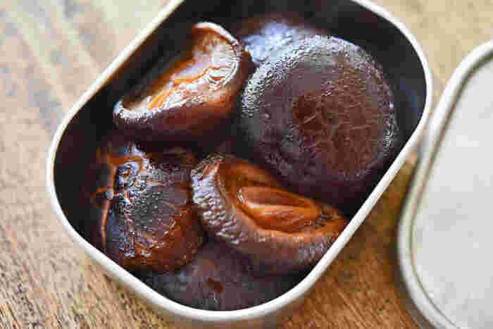 お弁当にもぴったりの干し椎茸の煮物です。しいたけが安い時に購入しておき、干し椎茸をつくっておくのも良いですね。