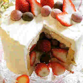 誕生日のお祝いに欠かせないケーキ。人気が高まっているのが、カットするとケーキの中からフルーツが出てくる「かくれんぼケーキ」です。一見手が込んでいるようですが、市販のバームクーヘンを利用すれば意外と簡単に作れてしまうんですよ。