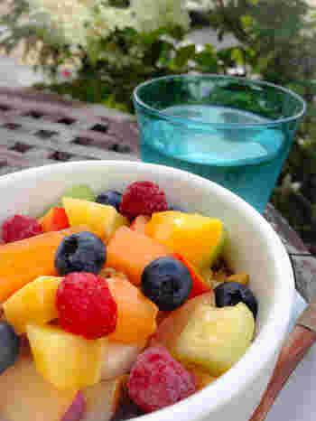 看板メニューのアサイーボウルは、色とりどりのフルーツがたっぷり!季節によってフルーツは変わり、旬の味を楽しめます。
