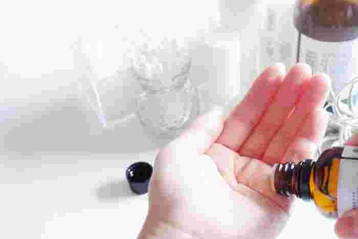 手にヘアオイルを適量出したら、手のひらで一度のばし指の間までオイルをなじませましょう。ダメージで乾燥しやすい毛先を中心にもみこむようにつけて、最後に髪の表面に軽くなじませます。