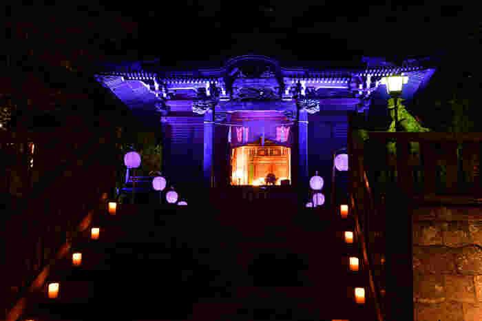 年間通して数多くのイベントが開かれる鎌倉。毎月さまざまなイベントが行われるので、鎌倉を観光で訪れる際は事前にチェックしておくのもおすすめです。  写真は夏の終わりの1週間に長谷・極楽寺界隈の寺社を中心に行われる「長谷の灯かり」。幻想的で美しい灯りが闇を照らしてくれます。