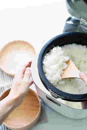 炊飯器でご飯が炊きあがったら、しゃもじを使って軽くほぐしますが、そのときに炊飯器の蓋や内窯の縁についた水滴を拭き取っておくとご飯が水っぽくなりません。炊飯器では水滴がつくのは避けられないので、さっと軽く拭うだけでも美味しさがアップしますよ。