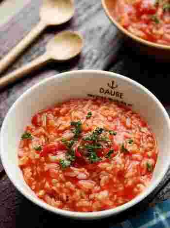 安定して美味しい、ツナ×トマトの組み合わせのリゾットバージョン。お鍋に全て入れて煮るだけと簡単なので、冷蔵庫に何も無い日のランチに最適。食材をストックしておけば、災害時にも役立つかも。