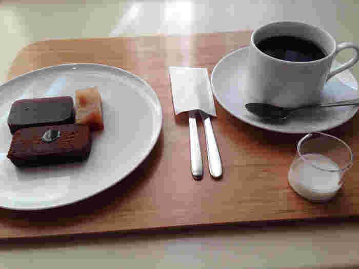 """和菓子のイメージが強いですが、こちらのカフェでは小倉羊羹「夜の梅」と一緒にシナモンとポートワインが香る「あずきとカカオのフォンダン」、1980年に開設した「とらやパリ店」でしか味わえないオリジナルスイーツ「ポワールキャラメル羊羹」がワンプレートになった「TOKYOプレート」がいただけます。  「ポワールキャラメル羊羹」は、自家製のキャラメルを混ぜ合わせた羊羹に、洋梨のブランデー""""ポワールウィリアム""""が香る洋梨のコンポートが入った大人の味。和洋折衷の新しい味を楽しんでみては?"""