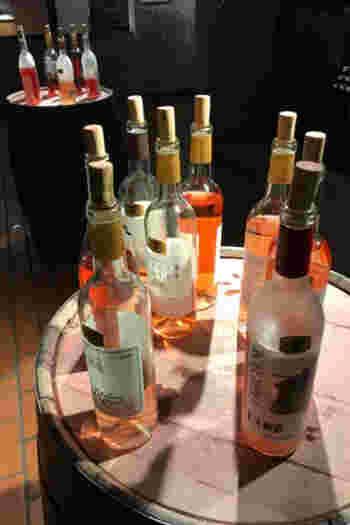 ワイン樽の上に置かれた試飲用のワイン。お好みが見つかったら、そのまま購入することもできます。赤・白・ロゼ・スパークリング、どれも甲州市自慢のワインばかり。ついついたくさん飲んでしまいそうですが、くれぐれも飲みすぎには気を付けてくださいね。
