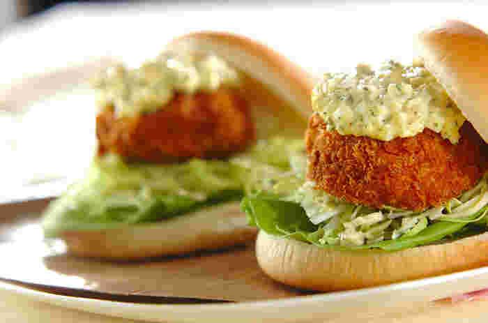お肉のパテも美味しいですが、サクサク・プリプリなエビカツを挟んだ「エビカツバーガー」も鉄板♪今が旬の春キャベツとあわせれば、シャキシャキ食感だけでなく、春の甘みも感じられる、特別な一品に。