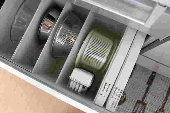 引き出しの収納では、このようにボウルやざるを立てて入れることができます。他にフライパンや鍋の蓋なども、重ねるよりも立てて収納する方が取り出しやすく便利ですよ。