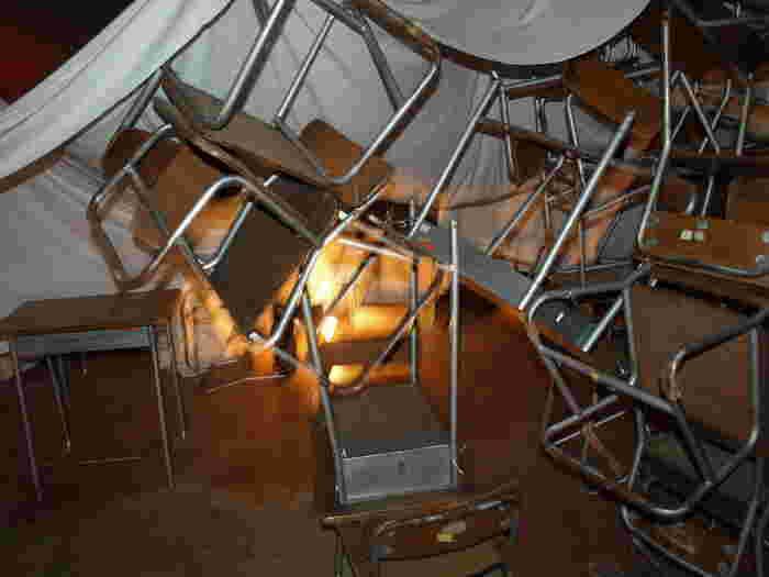 高く積み上げられた椅子や机。今は使われることのなく、少し切ない気持ちになってしまいますが、ぼんやりと射す光に、未来への希望も感じます。