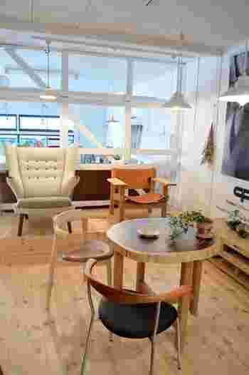 無垢材のテーブルは、カラーやフォルムがさまざまな椅子とも相性が良い。 例えば、このように一脚ずつ配色の異なる椅子をもってきてもまとまるのです。