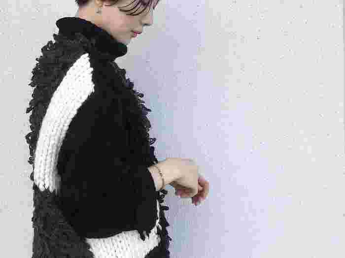 ざっくり編みと、フリンジ風のニットでウェスタン調に。1枚でインパクトのあるニットは、シンプルに着るだけでスタイリングがコンプリート。