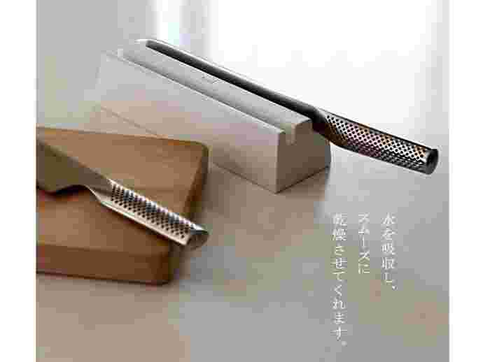 水分を吸収し、湿気を寄せつけない珪藻土(秋田県産)から作られた『soil ナイフトレイ』。刃渡り20cmまでのステンレス包丁2本を乾燥させることができます。横置きは、手を縦にひねって包丁を持ち上げる必要がないのも安心材料。