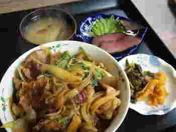 こちらは猪丼。猪肉・玉葱・きのこ・ゴボウ・糸こんにゃく・白菜・春菊などが入ってボリューム満点♪