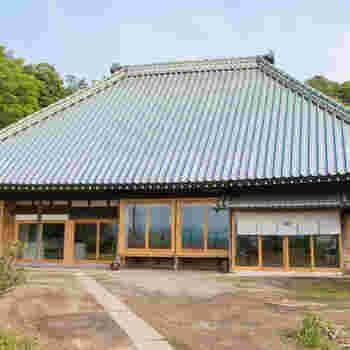 今回は、「萱-KAYA-」にフォーカスをあててご紹介。最大15人で泊まれるので、3世代の家族旅行など、特別な思い出旅行で利用するのに、もっていこいです*  「萱-KAYA-」は江戸時代末期に建てられたとされる築200年の古民家をリノベーションした、歴史的にも価値が高い建物です。