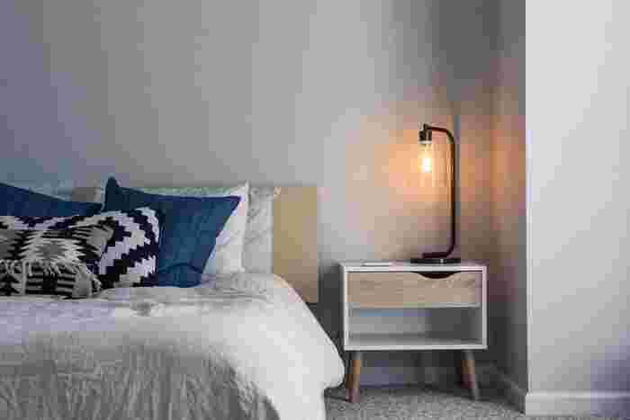 読書や書き物などをするときに欠かせない灯り。 ベッドフレームにライトが付いているタイプもありますが、そうでない場合は、ベッドサイドテーブルの上にスタンドライトを置くのが◎  スタンドライト選びに迷ったら、ベッドファブリックなど寝室のテイストに合わせたデザインを選んでみましょう。 たとえば、モダンインテリアでまとめた寝室ならシンプルでモノトーン配色のモノを、ナチュラルインテリアならウッド調がおすすめ。