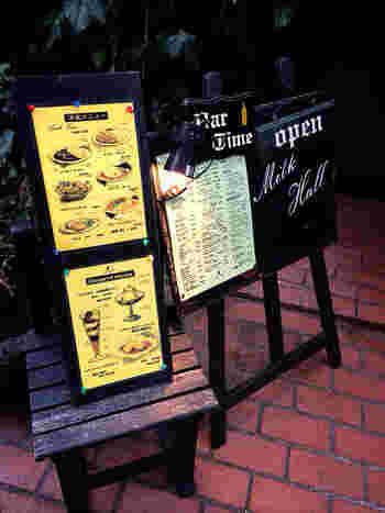 レトロな雰囲気がたまらない!昭和を感じるカフェ「ミルクホール」は鎌倉駅東口から徒歩約3分の場所にあります。