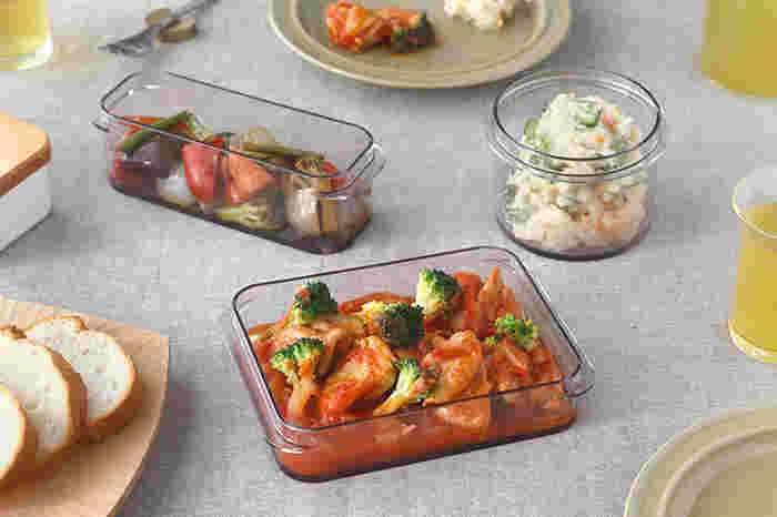 保存容器としてだけでなく、そのまま食卓に出せるタイプは調理の時短になりとても便利です。こちら樹脂製品を中心に手掛けている「リッチェル:Richell」の「デサス保存容器」も、食卓に出しても見栄えのする美しい保存容器です。