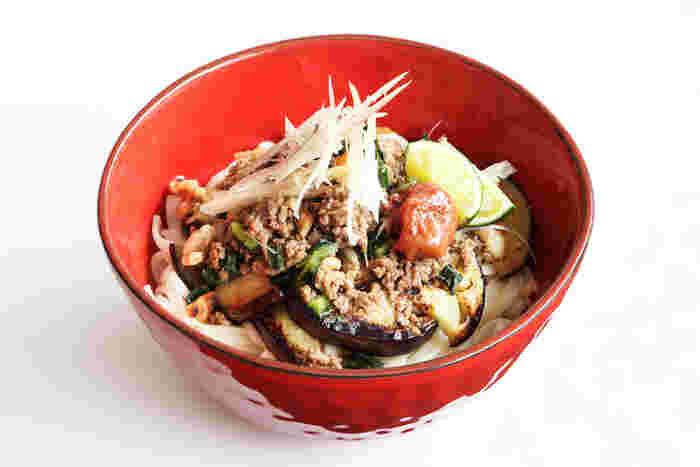 ひき肉や茄子を加えて、ボリュームも食感も豊かになった、くるみ味噌のぶっかけうどん。梅干しやすだちの酸味がいいアクセントになって、どんどん箸が進みそうです。