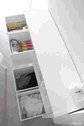 8個ある収納ボックスの中には、それぞれ違う用途のものがきちんと分類して収納されています。 1と2には、生活消耗品をローリングストック法で収納。日常生活で消費しながらも、常に一定の量を備蓄することができる方法で災害時にも役立つアイディアです。 7と8には、これから洗濯するものを、白・色もので分類して入れ、隠せる洗濯カゴとして活用。ごちゃごちゃしがちなランドリースペースも、隠す収納でさっぱりと清潔感溢れる空間になっています。