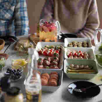パーティーシーンでは、スクエアプレートとパズルの様に並べると、食卓の上がすっきりかっこいい印象に。丸が周流の食器ですが、角皿は食器棚にもピッタリ収納出来て便利です。