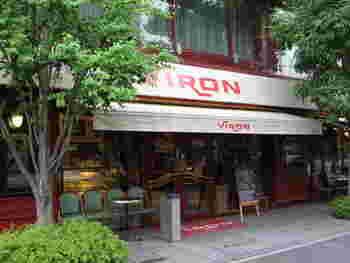 JR京葉線「東京」駅の地下コンコースに直結しており、JR「東京」駅の丸の内南口より徒歩約1分、JR「有楽町」駅の東京国際フォーラム口からも徒歩約5分とアクセスの良い「VIRON (ヴィロン)」。まるでパリの街角にいるみたいにオシャレな外観が目を引くブーランジェリ・パティスリーです。