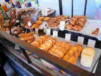 食パンやハード系、甘いものからおかず系までラインナップが豊富で、どんな方も親しめるパンがきっと見つかるはず。