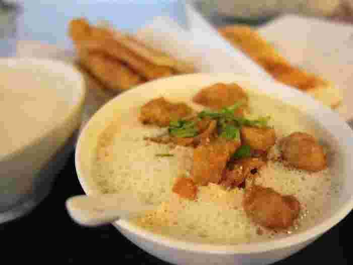 豆漿とは豆乳のこと。台湾の朝ごはんの定番です。日本の豆乳と似ていますが、さらっとしていてクセがなく非常に飲みやすいのが特徴。干しエビなどの塩分でぷるんと固まったところをいただきます♪ 油條と呼ばれる揚げパンなどが必ずついてきて、これがまた豆漿とよく合うんです。