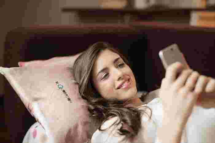 本来、電子機器をベッドに持って入るのはあまり良いことではないのですが、どうしても眠れない!というときはベッドで好きな番組や映画を観るのもアリ。  いつも寝る前に観ている番組を観たり、音楽を聴くことで体が「もう寝る時間だな」と認識し眠りやすくなるともいわれています。