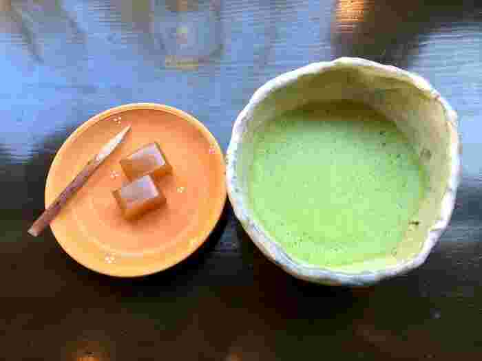 こちらは菓子付きのお抹茶。器も京都らしい風情を感じますね。他にも、コーヒーやカフェオレなどもありますよ。「器も京都らしくて、はんなり上品で、ええ感じやわぁ」